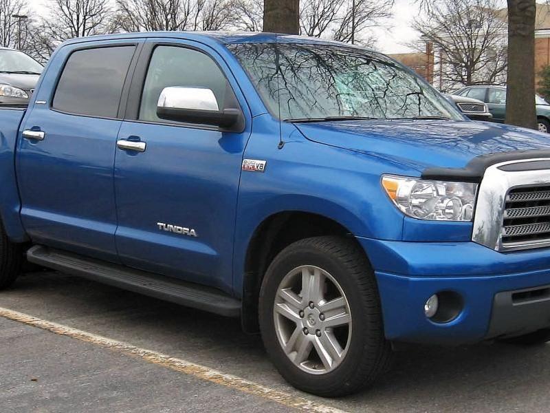 Синий большой пикап Toyota Tundra