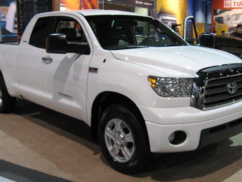 Белый пикап Toyota Tundra