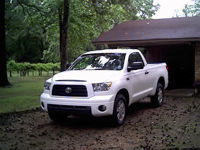 Белый практичный пикап Toyota Tundra