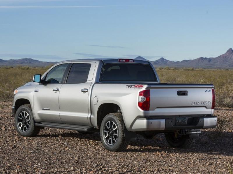 Серебристый большой Toyota Tundra