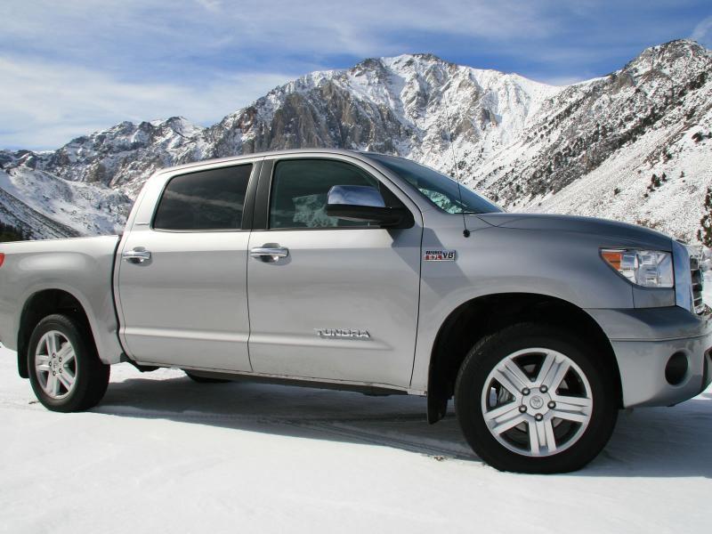 Серебристый пикап Toyota Tundra, вид сбоку