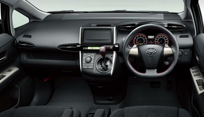 Черный салон, руль, кпп, приборная панель Toyota Wish