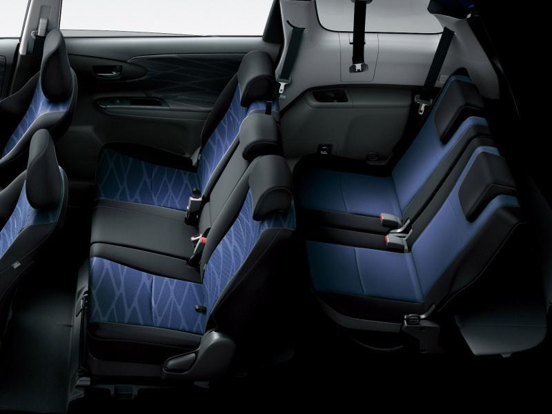 Черно-синий салон Toyota Wish