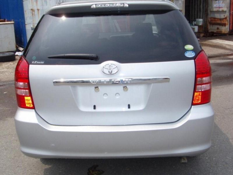 Серебристый минивэн Toyota Wish, вид сзади