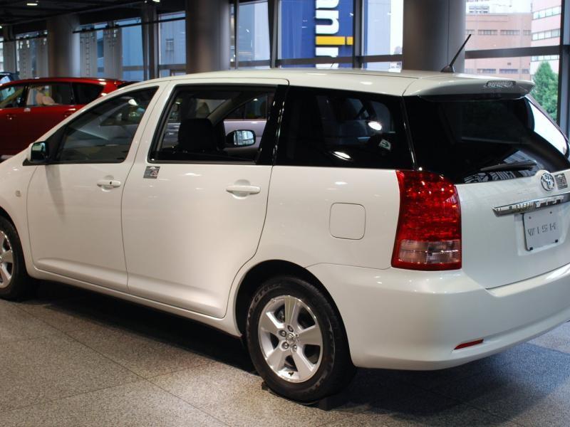Белый минивэн Toyota Wish