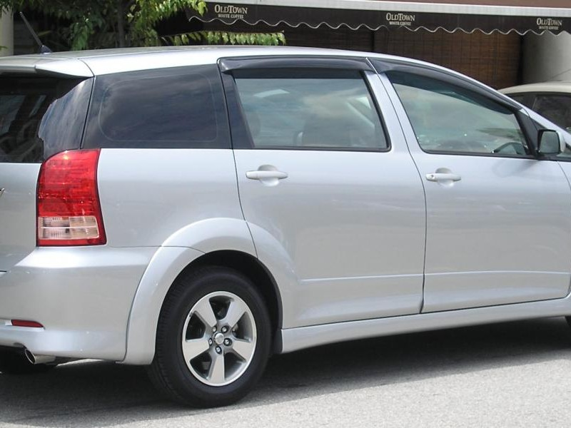 Серебристый комфорабельный минивэн Toyota Wish