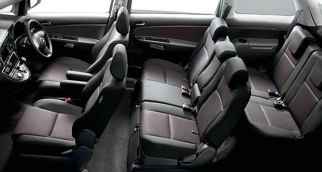 Черный салон минивэна Toyota Wish