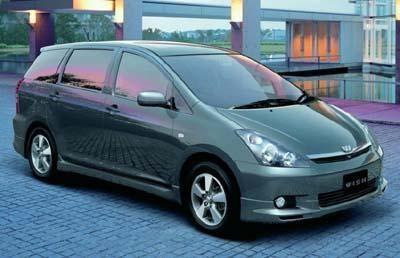 Серебристый просторный минивэн Toyota Wish