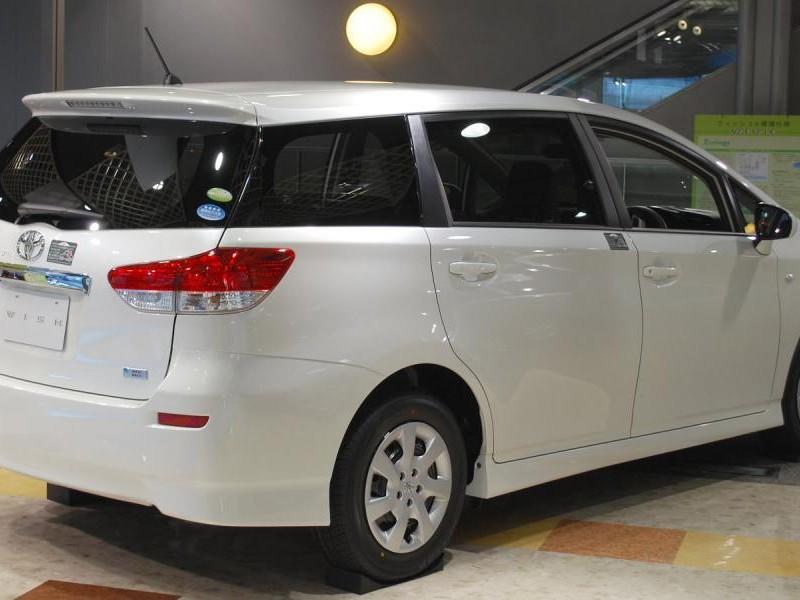 Белый просторный минивэн Toyota Wish