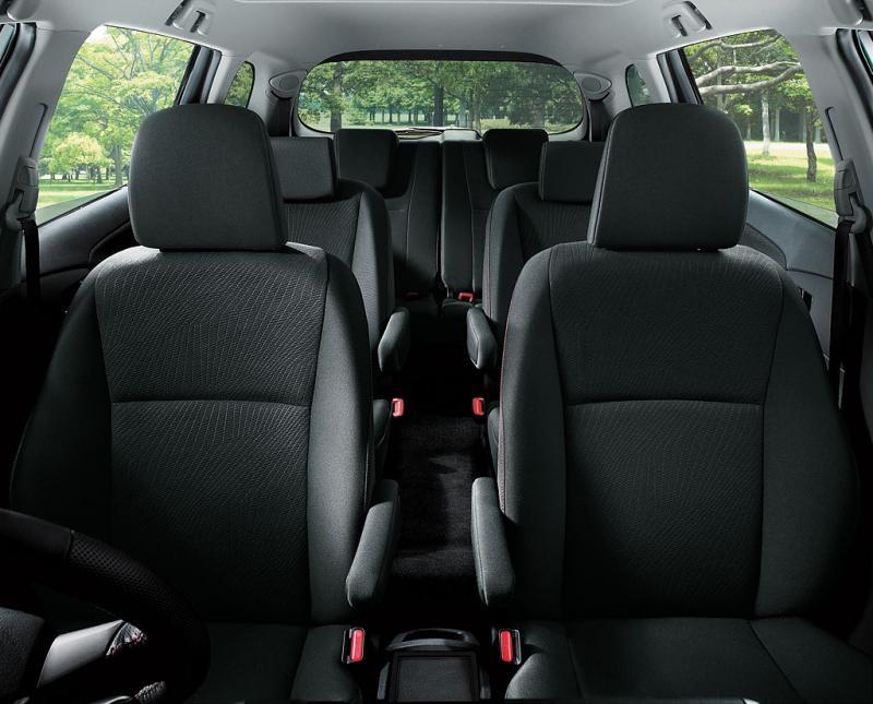 Черный просторный салон Toyota Wish