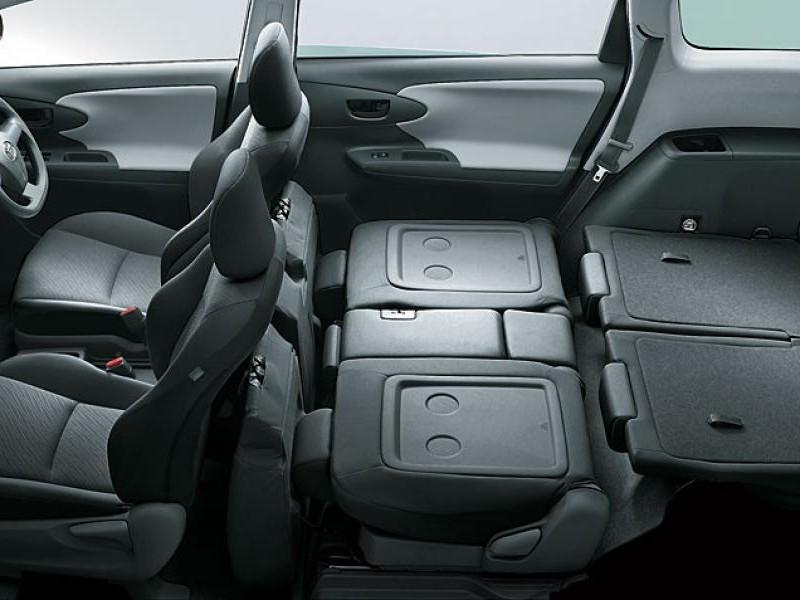 Черный комфортабельный салон Toyota Wish