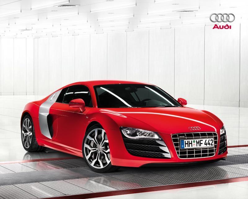 Красный суперкар Audi R8 V10