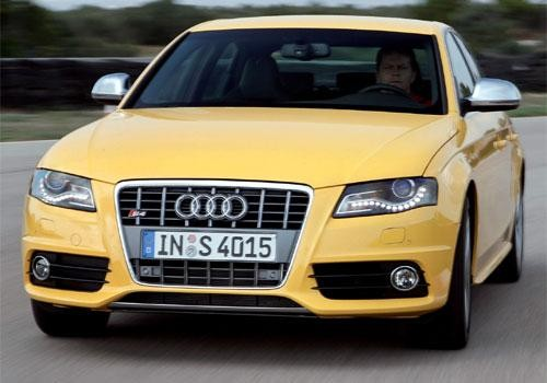 Желтый Audi S4, вид спереди