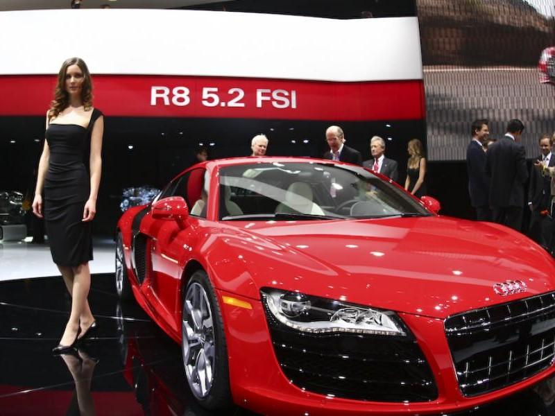 Красный суперкар Audi R8 V10 вид спереди