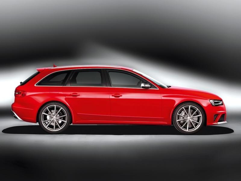 Красный Audi RS4 вид сбоку