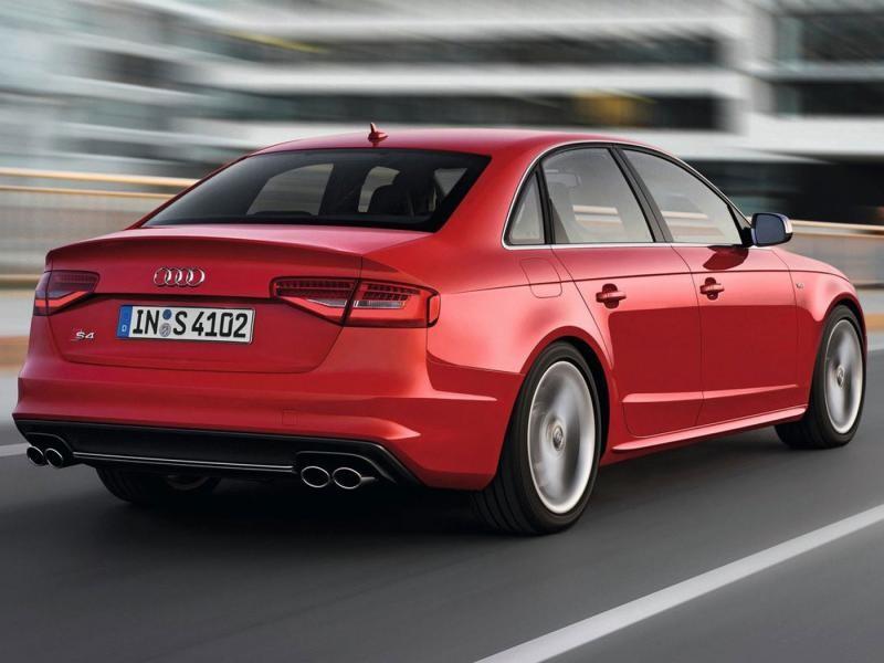 Красный седан Audi S4 на трассе