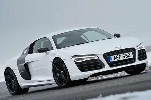 Белый суперкар Audi R8 V10