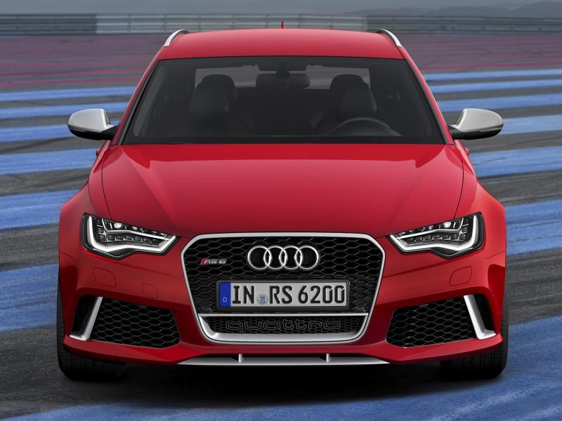Красный Audi RS6 вид спереди