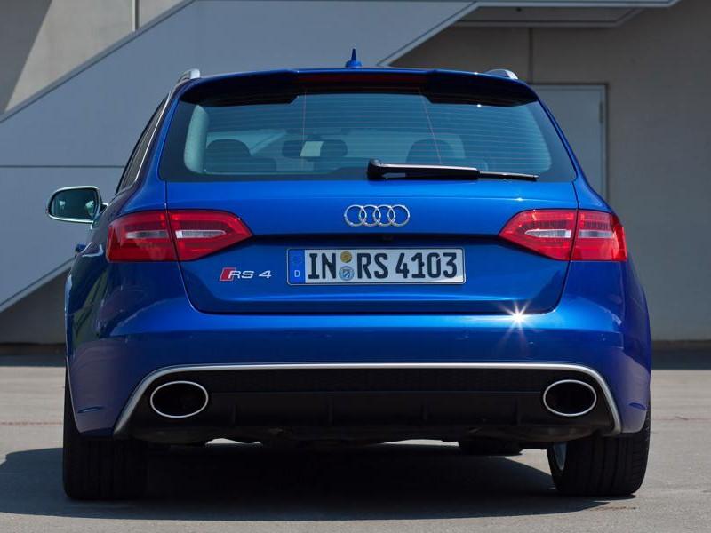 Синий Audi RS4, вид сзади