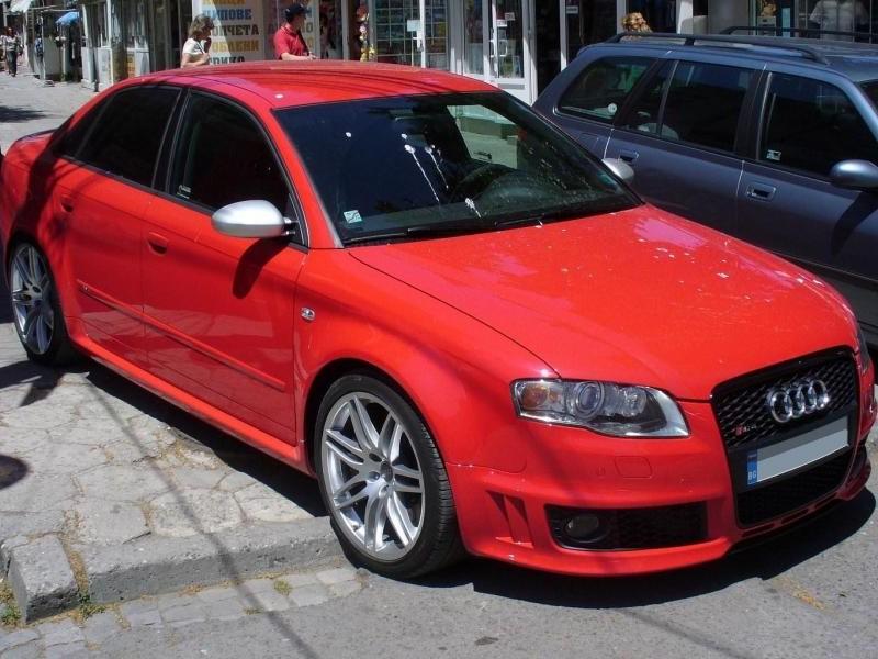 Красный седан Audi RS4