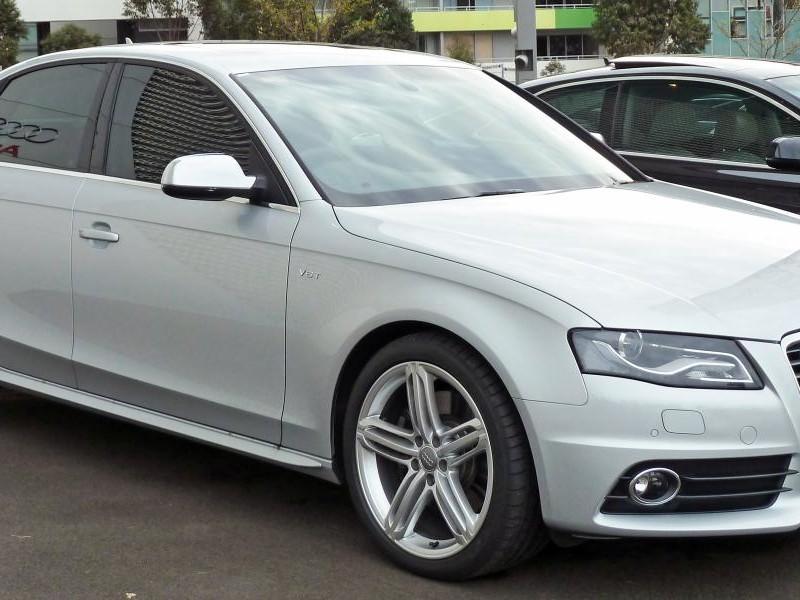Белый седан Audi S4