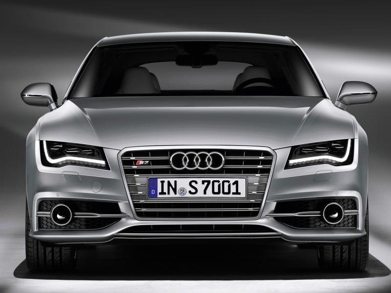 Серебристый Audi S7 Sportback, вид спереди