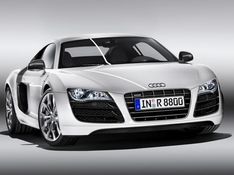 Серебристый суперкар Audi R8 V10