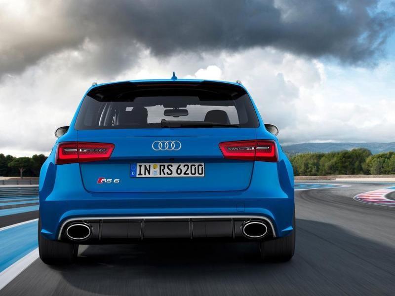 Синий универсал Audi RS6, вид сзади