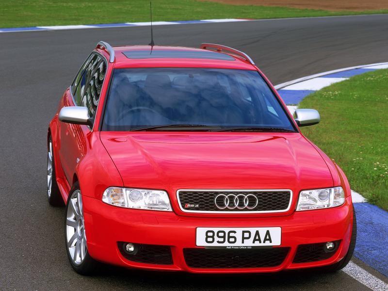 Красный универсал Audi RS4 вид спереди