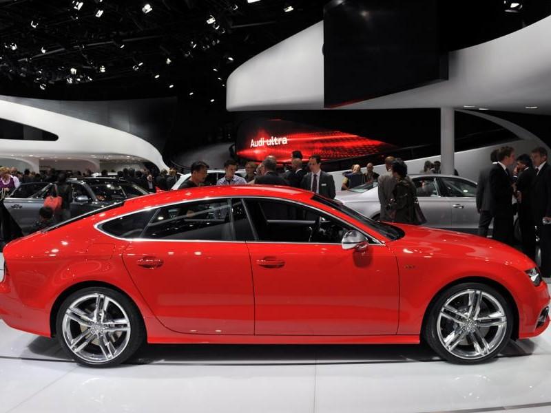 Красный Audi S7 Sportback, вид сбоку
