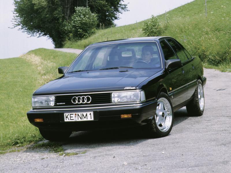 Черный седан Audi 200, вид спереди