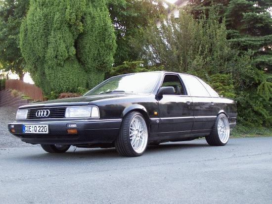 Черный практичный седан Audi 200