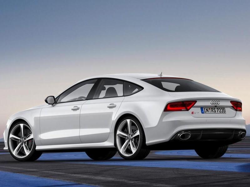 Белый Audi RS6 вид сзади
