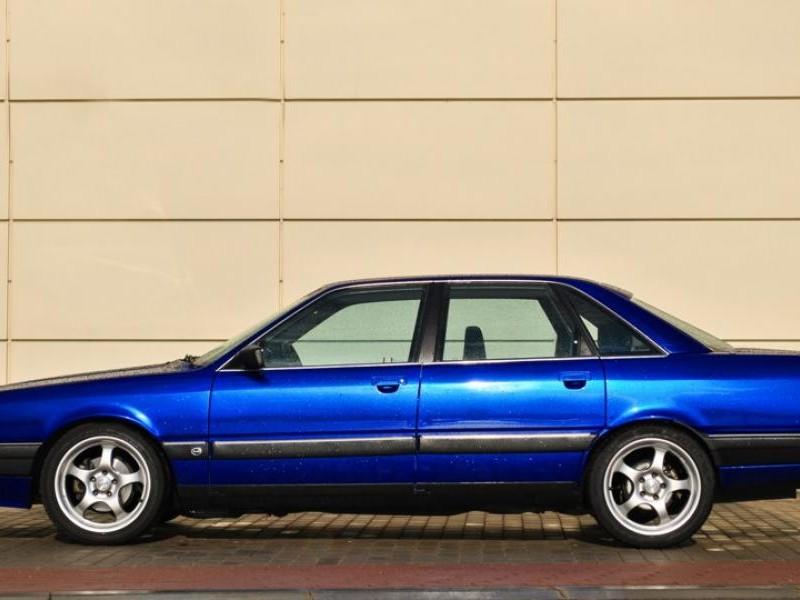 Синий седан Audi 200, вид сбоку