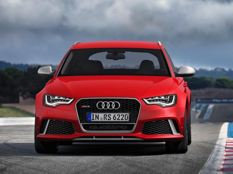 Красный Audi RS6, вид спереди