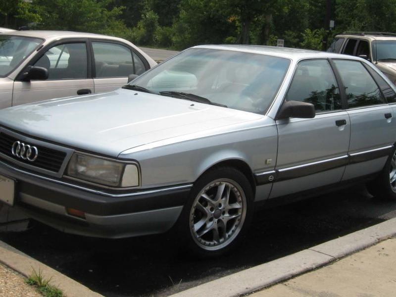 Серебристый седан Audi 200