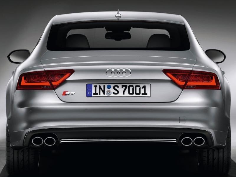 Серебристый Audi S7 Sportback, вид сзади