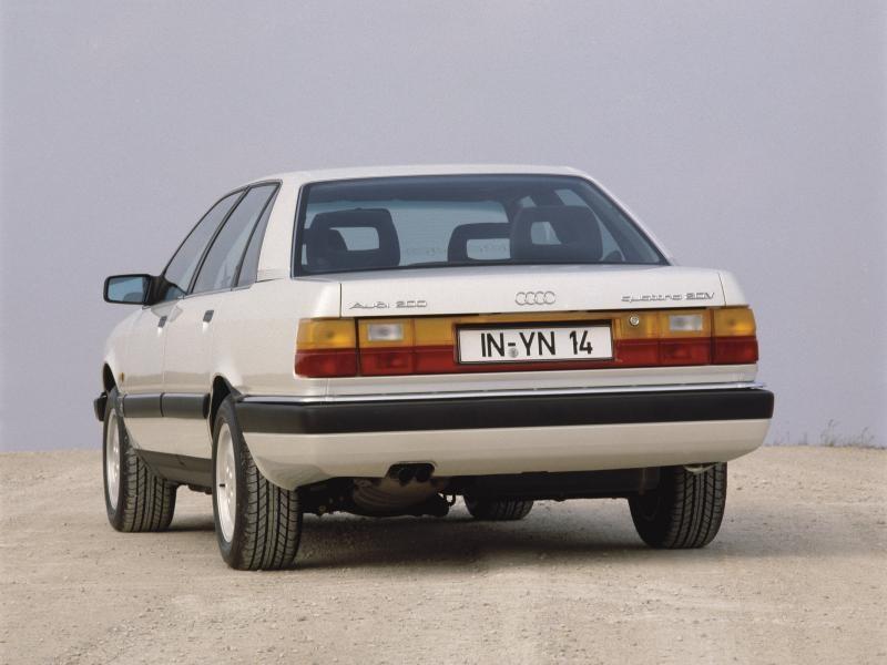 Белый Audi 200, вид сзади