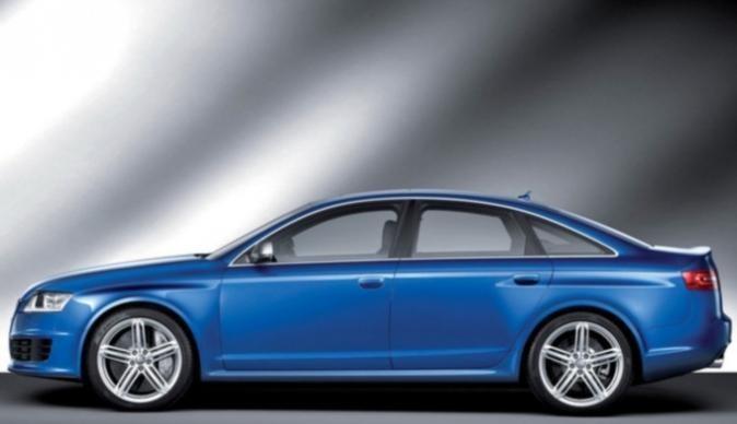Синий седан Audi RS6, вид сбоку