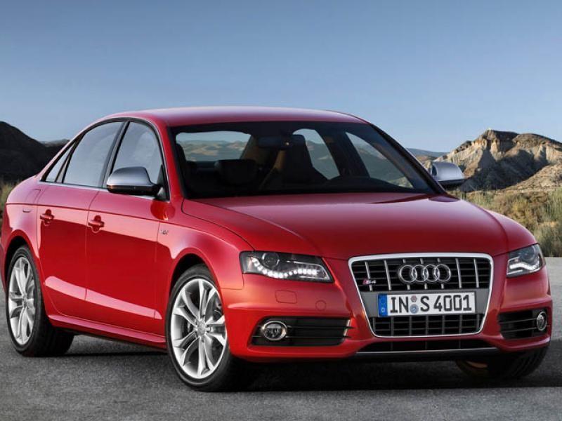 Красный седан Audi S4 вид спереди