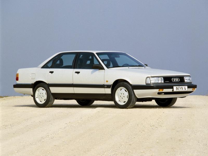 Белый седан Audi 200