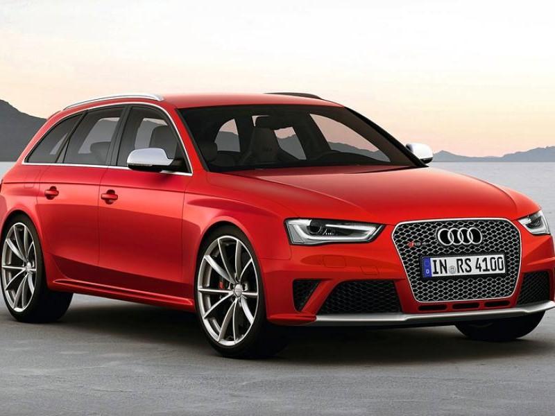 Красный Audi RS4