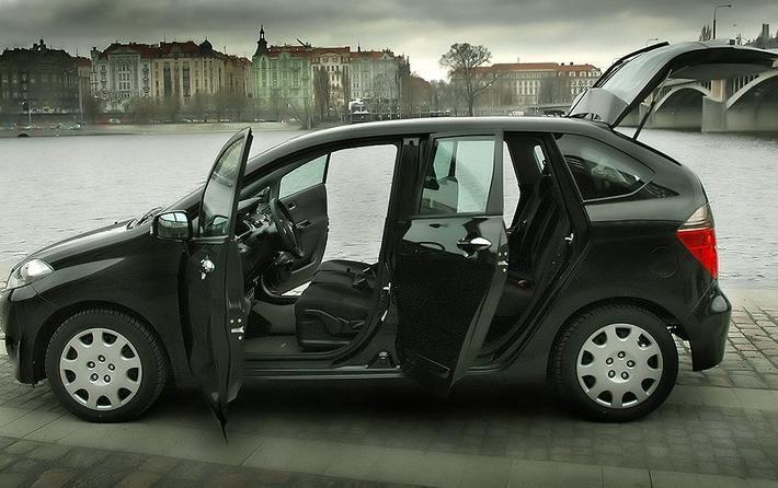Минивэн Honda Fr-V, вид сбоку