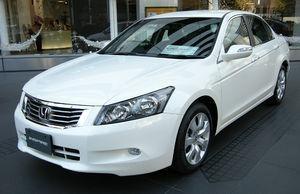 Белый седан Honda Inspire