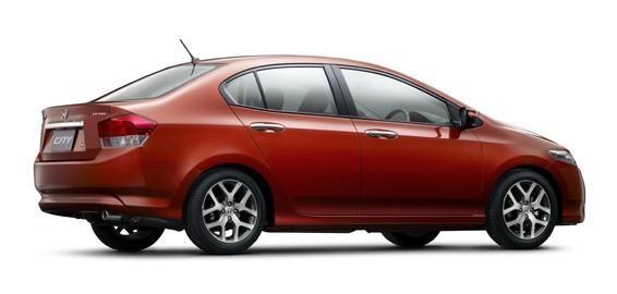 Красный седан Honda City, вид сбоку