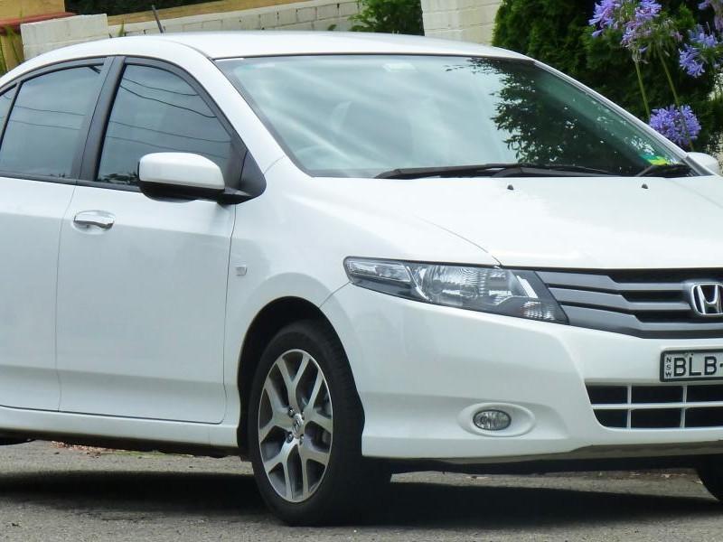 Белый седан Honda City