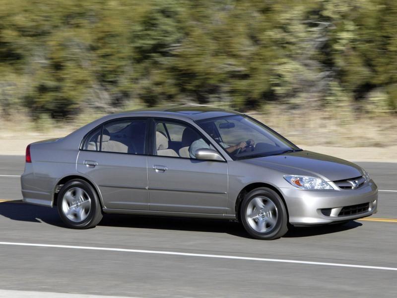 Серебристый Honda Inspire на трассе