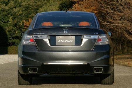 Серебристый седан Honda Inspire вид сзади