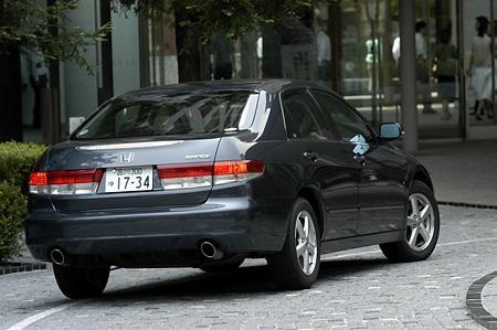 Серебристый седан Honda Inspire, вид сзади