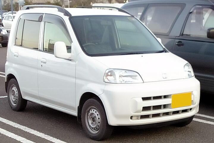 Белый практичный хэтчбек Honda Life